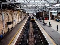 La gente espera el tren en la estación de Edimburgo Waverley, imágenes de archivo libres de regalías