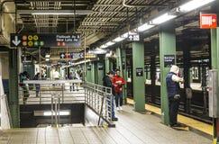 La gente espera en la avenida atlántica de la estación de metro en Nueva York, arroyo Foto de archivo libre de regalías