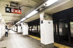 La gente espera en la 191a calle de la estación de metro en Nueva York Fotos de archivo libres de regalías