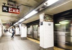 La gente espera en la 191a calle de la estación de metro en Nueva York Fotografía de archivo