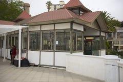 La gente espera en la estación funicular del EL Peral en Valparaiso, Chile Imagen de archivo