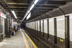 La gente espera en la 9na calle de la estación de metro en Nueva York Fotos de archivo libres de regalías