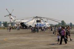 La gente esplora il più grande elicottero di MI-26T Fotografia Stock Libera da Diritti