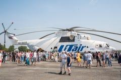 La gente esplora l'elicottero di MI-26T Fotografia Stock