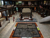 La gente esplora l'esposizione hawaiana del Corridoio Immagine Stock