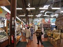 La gente esplora l'intero mercato interno dell'alimento di Kahala Fotografie Stock