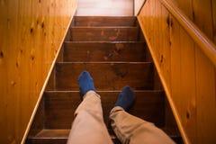 La gente está abajo de la escalera foto de archivo