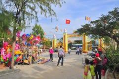 La gente está alcanzando a la pagoda en el primer día del Año Nuevo lunar en Vietnam Fotografía de archivo libre de regalías