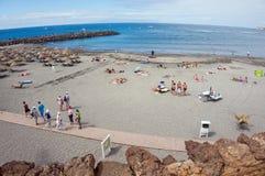 La gente está asoleando en la playa contra la perspectiva del Océano Atlántico Imagen de archivo