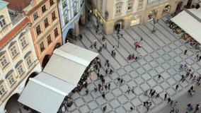 La gente está caminando delante del reloj astronómico de Praga, visión superior desde la torre almacen de video