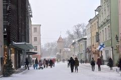 La gente está caminando en ciudad vieja en Tallinn Foto de archivo
