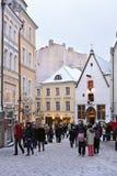 La gente está caminando en ciudad vieja en Tallinn Foto de archivo libre de regalías