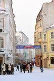 La gente está caminando en ciudad vieja en Tallinn Fotos de archivo