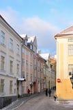 La gente está caminando en ciudad vieja en Tallinn Imagen de archivo