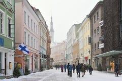 La gente está caminando en ciudad vieja en Tallinn Fotos de archivo libres de regalías