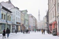 La gente está caminando en ciudad vieja en Tallinn Fotografía de archivo