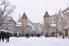 La gente está caminando en ciudad vieja en Tallinn Imagenes de archivo