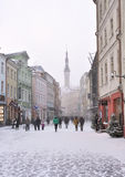 La gente está caminando en ciudad vieja en Tallinn Imagen de archivo libre de regalías