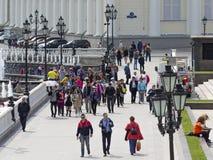 La gente está caminando en el cuadrado de Manezhnaya, Moscú Fotografía de archivo libre de regalías