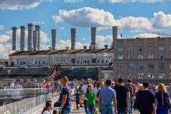La gente está caminando en el puente de flotación único en nuevo y moderno Z fotografía de archivo libre de regalías