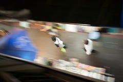 La gente está caminando en la acera Imágenes de archivo libres de regalías