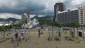 La gente está caminando en la capital de Mauricio Port Louis Turistas y gente local Zona portuaria almacen de metraje de vídeo
