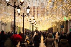 La gente está caminando en una de las calles festivamente adornadas en Moscú foto de archivo