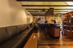 La gente est? disfrutando de bebidas en el restaurante imagen de archivo libre de regalías