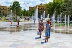 La gente está en la fuente en el cuadrado en el día caliente de septiembre, Tirana, Albania de Skanderbeg Imagen de archivo