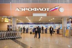 La gente está en la oficina de Aeroflot en el terminal D en el aeropuerto Sheremetievo Foto de archivo