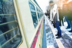 La gente está esperando el tren, precipitación al trabajo rutinario Foto de archivo libre de regalías