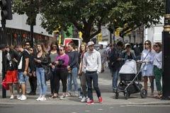 La gente está esperando la luz verde para girarse para cruzar el circo del camino cerca piccadilly Imágenes de archivo libres de regalías