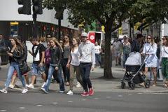 La gente está esperando la luz verde para girarse para cruzar el circo del camino cerca piccadilly Imagen de archivo libre de regalías