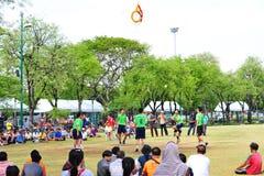 La gente está golpeando la bola con el pie a través del aro en el juego del voleibol del retroceso, takraw del sepak Imagenes de archivo