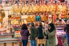 La gente está haciendo compras en el mercado Imágenes de archivo libres de regalías