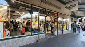 La gente está haciendo compras en la tienda de Pokemon en el mercado de Gotemba almacen de video