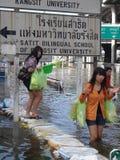 La gente está haciendo frente al agua en una calle inundada en Rangsit, Tailandia, en octubre de 2011 imagen de archivo libre de regalías