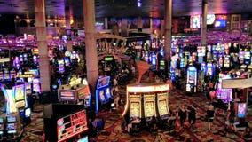 La gente está jugando las máquinas tragaperras en el casino de MGM almacen de metraje de vídeo