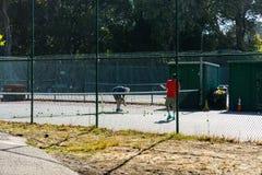 La gente está jugando a tenis imagen de archivo libre de regalías