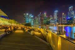 La gente está mirando el agua mostrar en Singapur imágenes de archivo libres de regalías