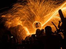 La gente está mirando el baile del fuego (la silueta tirada) Imágenes de archivo libres de regalías