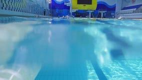 La gente está nadando en la piscina almacen de video