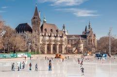 La gente está patinando delante del castillo de Vajdahunyad en Budapest foto de archivo libre de regalías