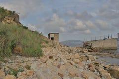 La gente está pescando en las ruinas Lei Yuen Mun Imagen de archivo libre de regalías