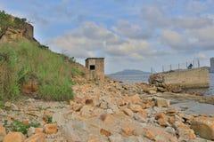 La gente está pescando en las ruinas Lei Yuen Mun Fotografía de archivo