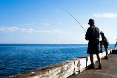 La gente está pescando la caballa en la península de Gaspe, Quebec Imagen de archivo libre de regalías