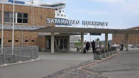La gente está subiendo al transbordador Helsinki, Finlandia metrajes