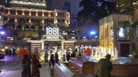 La gente está viajando a través de Nathan Road a Foot Locker almacen de metraje de vídeo