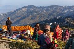 La gente está viendo la primera luz del día del ` s del Año Nuevo en el amanecer con los pueblos de montaña y la montaña de Kangc Fotografía de archivo libre de regalías