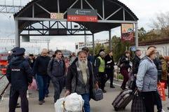 La gente está viniendo de un tren eléctrico suburbano Foto de archivo libre de regalías